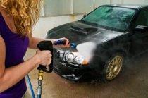 Utilisant la pression de lavage pour nettoyer votre voiture