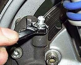 Purgar los frenos de las ruedas delanteras